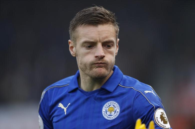 Britain Football Soccer - Stoke City v Leicester City - Premier League - bet365 Stadium - 17/12/16 Leicester City's Jamie Vardy looks dejected after being sent off Action Images via Reuters / Carl Recine Livepic
