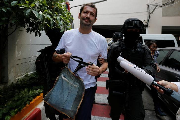 Swiss national Xavier Justo is escorted by Thai police commandos as he arrives at the Immigration Detention Center in Bangkok, Thailand, December 20, 2016.  REUTERS/Chaiwat Subprasom