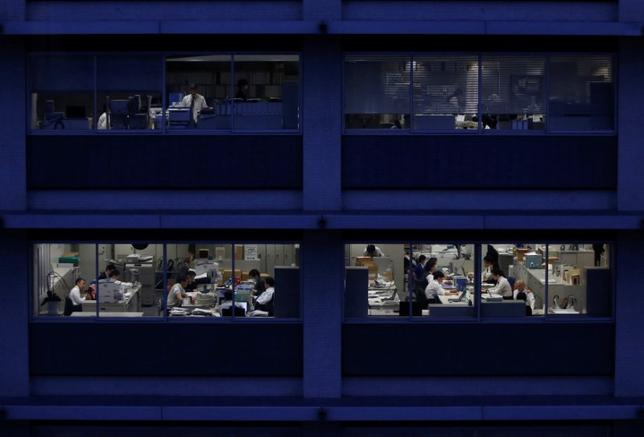 12月20日、安倍晋三首相が「働き方改革」の最優先事項に掲げる「同一労働同一賃金」の実現に向け、非正規労働者の差別に関する政府のガイドラインが示された。写真は都内のオフィスビル、昨年3月撮影(2016年 ロイター/Issei Kato)