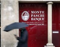 Foto de archivo. Una mujer pasa frente a una filial del banco italiano Monte Paschi en París.  REUTERS/Mal Langsdon