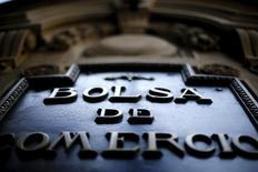 El logo de la Bolsa de Comercio de Santiago en su edificio en Santiago, sep 1, 2015. El grupo chileno Empresas CMPC admitió prácticas de colusión con la internacional Kimberly Clark para aumentar el valor de los pañales, en un nuevo escándalo que protagoniza la firma local por intentar controlar cuotas de mercado y precios.   REUTERS/Ivan Alvarado