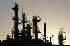 Unas torres y chimeneas en una refinería de crudo en Melbourne, jun 21, 2010. Asia registrará en el 2017 su mayor aumento en tres años en la capacidad de refinación de petróleo neta, lo que impulsará aún más la demanda en la principal región consumidora de crudo del mundo.  REUTERS/Mick Tsikas