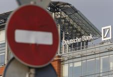 Дорожный знак у офиса Deutsche Bank в Москве. 14 сентября 2015 года. Центробанк РФ установил, что сотрудник Deutsche Bank в России и его родственники манипулировали в ходе торгов на ФБ ММВБ 8 ценными бумагами в период с 9 января 2013 года по 2 июля 2015 года, сообщил ЦБР. REUTERS/Sergei Karpukhin