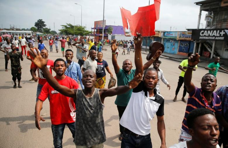 Residents chant slogans against Congolese President Joseph Kabila during demonstrations in the streets of the Democratic Republic of Congo's capital Kinshasa, December 20, 2016. REUTERS/Thomas Mukoya
