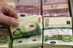 La dette publique de la France a diminué de 10,3 milliards d'euros au troisième trimestre pour s'inscrire à 2.160,4 milliards d'euros à fin septembre, soit l'équivalent de 97,6% du produit intérieur brut (PIB). /Photo d'archives/REUTERS/Tobias Schwarz