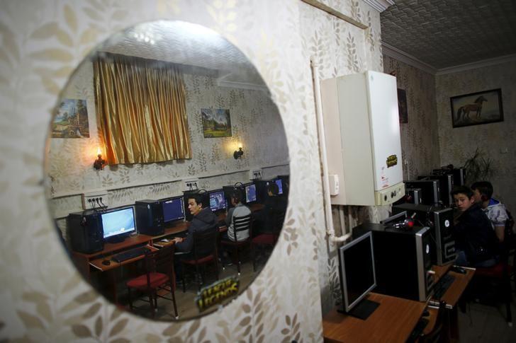 People use computers at an internet cafe in Ankara April 6, 2015. REUTERS/Umit Bektas