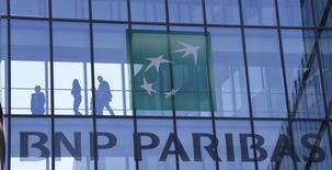 BNP Paribas, plus forte baisse du CAC 40, perd -0,6% à 60,8 euros à mi-séance à la Bourse de Paris. /Photo d'archives/REUTERS/Gonzalo Fuentes