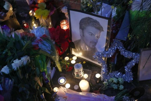 Candlelit tributes are seen outside the house of singer George Michael, where he died on Christmas Day, in Goring, southern England, Britain December 26, 2016.  REUTERS/Eddie Keogh