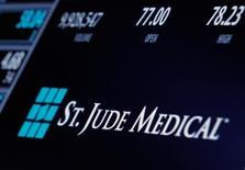 La Federal Trade Commission (FTC) américaine a annoncé mardi avoir donné son accord au rachat de St. Jude Medical par Abbott Laboratories, une opération d'un montant initialement annoncé de 25 milliards de dollars (23,9 milliards d'euros). /Photo d'archives/REUTERS/Brendan McDermid