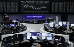 Фондовая биржа Франкфурта-на-Майне. Европейские индексы торгуются без резких колебаний утром среды, так как рост акций горнорудного сектора поддержал рынок, а бумаги британской строительной компании Bovis Homes снизились после предупреждения о прибыли.  REUTERS/Staff/Remote