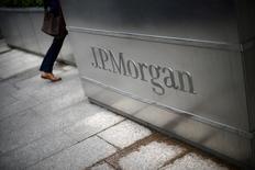 Un hombre entra en la sede de JP Morgan en Londres. 11 de mayo 2012.  La captación de capital a nivel global cayó más de un 25 por ciento en 2016, mostraron el viernes datos, golpeada por perturbaciones geopolíticas y una serie de fallidas salidas a bolsa que hace que las perspectivas para 2017 parezcan inestables. REUTERS/Dylan Martinez/File Photo