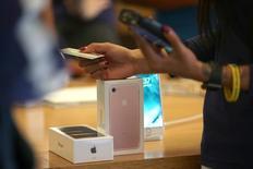 Des smartphones iPhone 7 dans un magasin d'Apple, à Los Angeles, en Californie. Apple va réduire de 10% la production de sa gamme d'iPhone 7 au premier trimestre 2017, a calculé le journal japonais Nikkei. /Photo prise le 16 septembre 2016/REUTERS/Lucy Nicholson