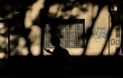 La silueta de una mujer viendo su teléfono celular se ve en Buenos Aires, Argentina. 15 de diciembre 2016. El Gobierno de Argentina publicó el lunes un decreto para aumentar la competencia en el rubro de las telecomunicaciones con la asignación de nuevas frecuencias de telefonía móvil, entre otros aspectos que permitirán la expansión de grandes jugadores en el mercado. REUTERS/Marcos Brindicci - RTX2V9WD