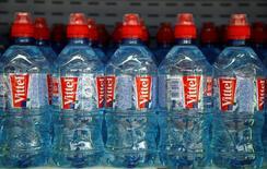 Vittel est une marque de Nestlé Waters. La division eau du groupe agroalimentaire Nestlé annonce mardi avoir cédé la source Quézac et son unité d'embouteillage en Lozère au groupe français Ogeu, avec lequel elle était en négociations exclusives depuis le mois d'octobre. /Photo d'archives/REUTERS/Jacky Naegelen