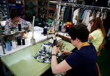 En la imagen, trabajadoras en una fábrica textil en Madrid, 19 de mayo de 2014. El número de desempleados registrados en España cayó un 2,29 por ciento en diciembre respecto al mes anterior, o en 86.849 individuos, lo que dejó a 3,7 millones de personas sin trabajo, mostraron el miércoles datos del Ministerio de Trabajo. REUTERS/Andrea Comas