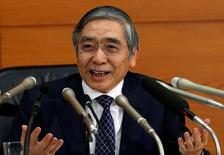 El gobernador del Banco de Japón, Haruhiko Kuroda, en una rueda de prensa en la sede del organismo en Tokio, nov 1, 2016. El Banco de Japón está considerando un leve aumento en su previsión de los precios al consumidor en su próxima reunión de política monetaria, en momentos en que un rápido descenso del yen presiona al alza los precios de importación, dijeron a Reuters varias fuentes con conocimiento directo del tema.  REUTERS/Kim Kyung-Hoon