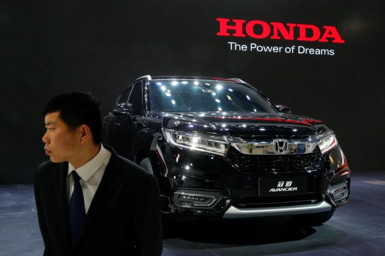 A security agent guards Honda Avancier SUV after it was presented during Auto China 2016 auto show in Beijing April 25, 2016. REUTERS/Kim Kyung-Hoon/File Photo