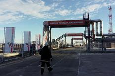 La Russie a abaissé sa production pétrolière de 100.000 barils par jour (bpj) environ début janvier, par rapport au mois précédent, conformément à un accord passé avec l'Opep en vue de réduire les extractions mondiales. /Photo d'archives/REUTERS/Olesya Astakhova
