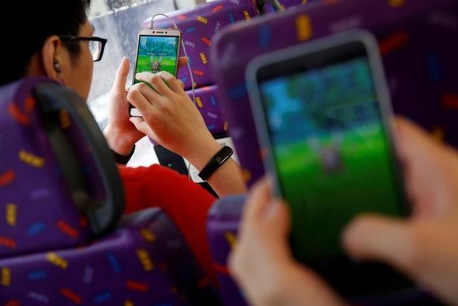 1月10日、中国のメディア規制当局は、スマートフォン(スマホ)向け人気ゲーム「ポケモンGO」など拡張現実を利用するゲームについて、セキュリティー上のリスクに関する評価が完了するまで国内での利用を許可しない方針を示した。香港で2016年8月撮影(2017年 ロイターTyrone Siu)