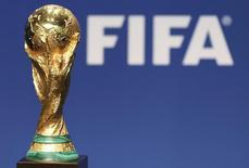 Копия кубка, вручаемого победителю чемпионата мира, в штаб-квартире ФИФА в Цюрихе. 23 января 2014 года. Совет Международной федерации футбола (ФИФА) во вторник единогласно одобрил план главы организации Джанни Инфантино увеличить числа участников финальной части чемпионата мира до 48 команд с 32, начиная с 2026 года, сообщила ФИФА. REUTERS/Thomas Hodel
