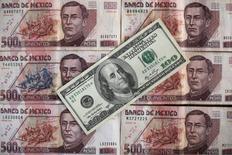Le peso mexicain a touché mercredi un creux historique à 22 pesos pour un dollar peu après le début de la première conférence de presse de Donald Trump depuis sa victoire à l'élection présidentielle américaine du 8 novembre. La devise mexicaine a ensuite rebondi légèrement sur ce seuil psychologique pour s'inscrire en hausse de 0,2% à 21,86 dollars vers 17h20 GMT. /Photo d'archives/REUTERS/Edgard Garrido