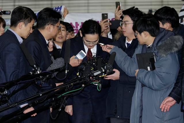 Jay Y. Lee, center, vice chairman of Samsung Electronics, bows as he arrives to be questioned as a suspect in bribery case in the influence-peddling scandal that led to the president's impeachment at the office of the independent counsel in Seoul, South Korea, Thursday, Jan. 12, 2017. REUTERS/Ahn Young-joon/Pool