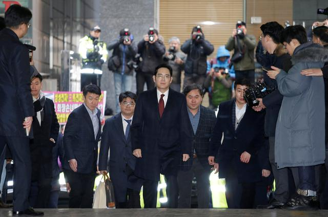 Jay Y. Lee, center, vice chairman of Samsung Electronics, arrives to be questioned as a suspect in bribery case in the influence-peddling scandal that led to the president's impeachment at the office of the independent counsel in Seoul, South Korea, Thursday, Jan. 12, 2017. REUTERS/Ahn Young-joon/Pool