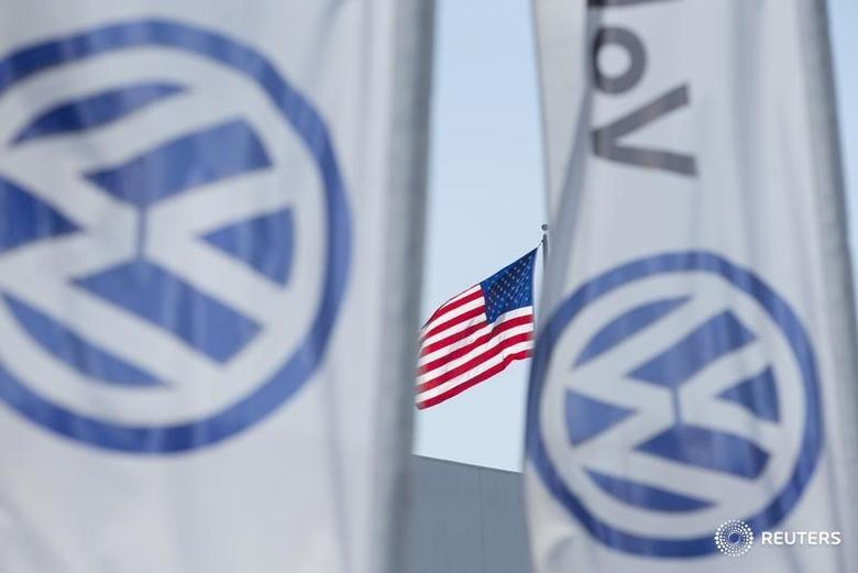 FILE PHOTO - An American flag flies next to a Volkswagen car dealership in San Diego, California, U.S. September 23, 2015.   REUTERS/Mike Blake/File Photo - RTX2YFQP