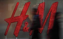 El grupo sueco de moda H&M registró en diciembre un aumento de las ventas en divisa local del 6 por ciento interanual, el menor crecimiento desde el pasado mes de septiembre y por debajo de las previsiones de los inversores. En la imagen de archivo, varias personas pasan frente a un escaparate de H&M en Manchester, Inglaterra, el 17 de marzo de 2016. REUTERS/Phil Noble