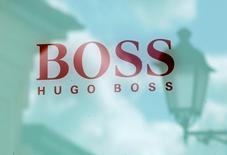 Hugo Boss a déclaré lundi que le recul de son résultat d'exploitation 2016 ne devrait pas être aussi prononcé qu'anticipé initialement, le groupe de mode allemand ayant réussi à endiguer la baisse des ventes au quatrième trimestre. /Photo d'archives/REUTERS/Grigory Dukor/File Photo