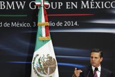 Президент Мексики Энрике Пенья Ньето выступает в Мехико 3 июля 2014 года на церемонии, посвященной планам BMW открыть автозавод в штате Сан-Луис-Потоси. BMW по-прежнему планирует открыть завод в Мексике в 2019 году, несмотря на угрозу избранного президента США Дональда Трампа обложить высоким налогомпроизведённые там автомобили немецкого концерна, предназначенные для продажи в Америке. REUTERS/Carlos Jasso