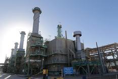 Нефтяной порт в ливийском городе Рас-Лануф. 11 января 2017 года. Цены на нефть показывают отрицательную динамику в ходе утренних торгов во вторник из-за сохраняющихся сомнений инвесторов в эффективности глобального пакта о сокращении добычи, несмотря на готовность Саудовской Аравии строго следовать его условиям. REUTERS/Esam Omran Al-Fetori