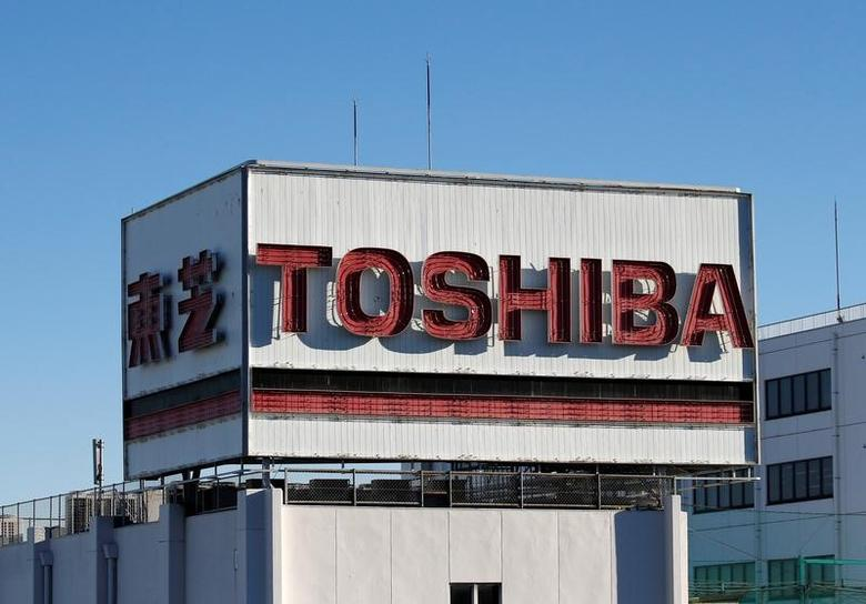 Toshiba's logo is seen at an industrial area in Kawasaki, Japan, January 16, 2017. Picture taken on January 16, 2017.  REUTERS/Kim Kyung-Hoon