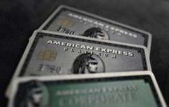 American Express a publié jeudi un bénéfice trimestriel en baisse et inférieur aux attentes, sous le coup de promotions et de dépenses de marketing visant à défendre ses parts de marché. /Photo d'archives/REUTERS/Kai Pfaffenbach