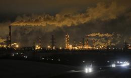 НПЗ в Ярославле. 18 января 2017 года. Цены на нефть продолжили расти на торгах в пятницу благодаря надеждам на восстановление рынка и сообщениям о рекордном спросе на сырьё в Китае, но дальнейший рост сдержали данные Управления энергетической информации (EIA) о неожиданном увеличении запасов нефти в США. REUTERS/Maxim Shemetov