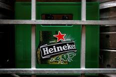 Heineken, le deuxième brasseur au monde, a annoncé vendredi discuter avec son concurrent japonais Kirin Holdings  sur une reprise des activités de ce dernier au Brésil. La filiale brésilienne de Kirin Holdings, baptisée Brasil Kirin, exploite 12 brasseries dans le pays et a été créée en 2011. /Photo d'archives/REUTERS/Tim Chong