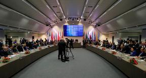 Una vista general del comienzo de una reunión de la Organización de Países Exportadores de Petróleo (OPEP) en Viena, Austria, el 30 de noviembre de 2016. Los ministros de Energía de países de la OPEP y fuera del cártel que se reúnen en Viena el domingo están optimistas sobre su acuerdo para reducir la producción de crudo en momentos en que se da cita por primera vez un comité establecido para monitorizar el cumplimiento con el pacto. REUTERS/Heinz-Peter Bader - RTSTYZV