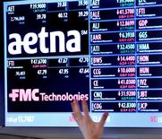Un juge fédéral américain a bloqué lundi le rachat de l'assureur santé Humana par Aetna pour 34 milliards de dollars (31,7 milliards d'euros), le jugeant contraire à la loi antitrust. /Photo d'archives/REUTERS/Brendan McDermid