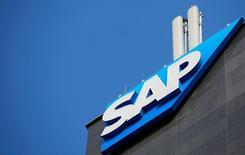 Логотип SAP на здании в Вене 25 июля 2016 года. SAP, самая дорогая технологическая компания Европы, во вторник отчиталась о финансовых результатах за 2016 год, оказавшихся у нижней границы ожиданий аналитиков, однако немного улучшила прогноз продаж и прибыли в 2017 году. REUTERS/Leonhard Foeger/File Photo