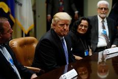 Donald Trump s'apprête à signer mardi deux nouvelles ordonnances présidentielles pour relancer les projets d'oléoducs contestés Keystone XL et Dakota Access. Ces deux décisions s'inscrivent dans une remise en cause des décisions prises en matière environnementale sous Barack Obama. /Photo prise le 23 janvier 2017/REUTERS/Jonathan Ernst