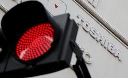Des banques japonaises se préparent à poursuivre en justice Toshiba à la suite d'un scandale comptable qui a éclaté en 2015, une nouvelle avanie pour le conglomérat industriel qui s'apprête à inscrire dans ses comptes des charges de dépréciation de plusieurs milliards de dollars. /Photo prise le 19 janvier 2017/REUTERS/Toru Hanai
