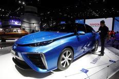 Автомобиль Mirai, выпущенный  Toyota, на международной выставке в Гуанчжоу, Китай. Японская Toyota Motor лишилась статуса крупнейшего продавца автомобилей в мире, который сохраняла на протяжении четырех лет, сообщив в понедельник, что мировые продажи в 2016 году оказались хуже, чем у Volkswagen AG.   REUTERS/Bobby Yip