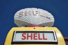 Royal Dutch Shell ha acordado la venta de un paquete de yacimientos de petróleo y gas al grupo de capital privado Chrysaor por 3.800 millones de dólares, dando al grupo anglo-holandés un buen empujón en sus esfuerzos para reducir deuda tras la compra de BG Group. En la imagen, un surtidor de Shell en East Preston, Reino Unido, el 28 de abril de 2016. REUTERS/Toby Melville