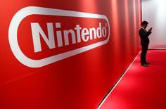 Nintendo a déclaré mardi que le chiffre d'affaires réalisé sur les jeux mobiles lui avait permis d'enregistrer son premier bénéfice en quatre trimestres mais il n'en a pas moins réduit d'un tiers sa prévision de bénéfice annuel. /Photo prise le 13 janvier 2017/REUTERS/Kim Kyung-Hoon