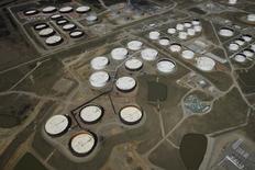 La imagen de archivo muestra una vista aérea de tanques de almacenamietno de crudo en el centro petrolero Cushing, en Oklahoma, EEUU. Los inventarios de crudo en Estados Unidos aumentaron la semana pasada por una menor producción en refinerías, y también subieron las existencias de gasolina y de destilados, informó el miércoles la Administración de Información de Energía (EIA). REUTERS/Nick Oxford