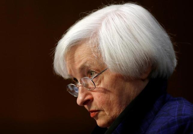 2月1日、FOMCはFF金利の誘導目標を0 .50ー0.75%に据え置くことを全会一致で決定した。写真はイエレンFRB議長、昨年11月撮影。(2017年 ロイター/Gary Cameron )