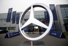 Daimler a annoncé jeudi qu'il tablait sur une légère hausse de son bénéfice d'exploitation et de son chiffre d'affaires cette année, une prévision tout juste conforme aux attentes, la forte croissance de ses ventes de voitures ayant compensé la faiblesse du marché des poids lourds. /Photo d'archives/REUTERS/Jason Lee