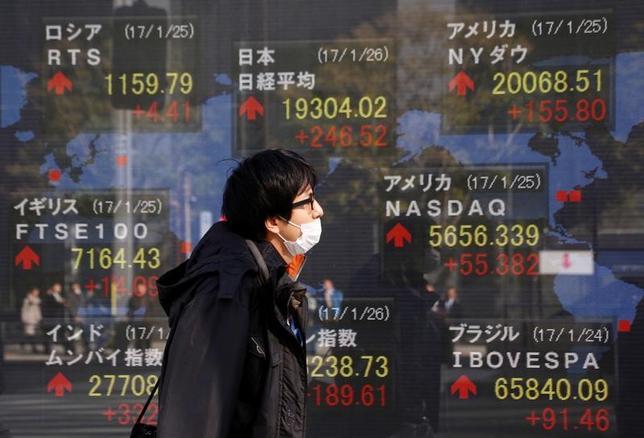 2月3日、寄り付きの東京株式市場で、日経平均株価は前日比82円16銭高の1万8996円74銭となり反発。都内で先月撮影(2017年 ロイター/Kim Kyung-Hoon)