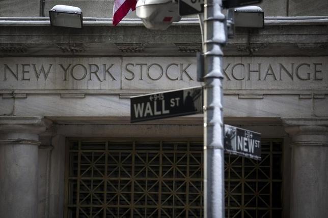 2月4日、米国株式市場は上昇。底堅い米雇用統計に加え、トランプ米大統領が金融規制改革法の見直しに関する大統領令に署名したことが追い風となった。写真は2014年2月、ニューヨーク証券取引所前で撮影(2017年 ロイター/Brendan McDermid)