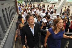 Imagen de archivo del candidato presidencial ecuatoriano Guillermo Lasso (izquierda) en Guayaquil. 17 de febrero de 2013.  Después de grandes ganancias en Brasil y Argentina, siguiendo cambios políticos favorables al mercado, algunos inversores de renta fija están apostando a una bonanza similar en Ecuador, que este mes elegirá a un nuevo presidente. REUTERS/Guillermo Granja